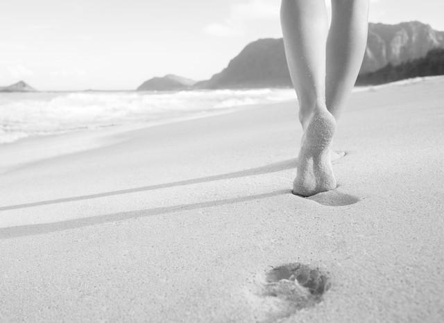 Innleggsåler barfot i sanden