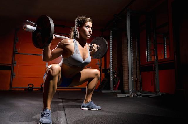 baseøvelse, kvinne som trener knebøy