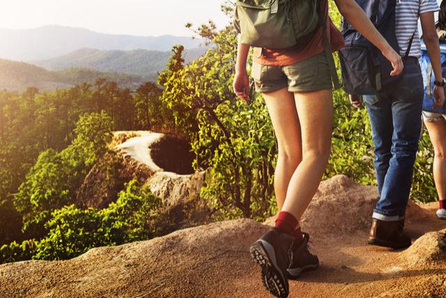 en person som går på tur i fjellet