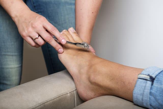 Bilde av en fot som blir undersøkt med ett sensibilitets instrument