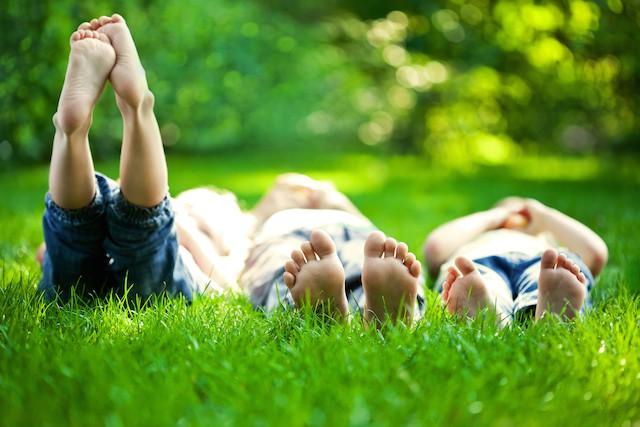 avspenningsøvelser ligge i gresset