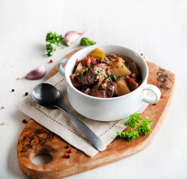kjøtt og grønnsaker med hjemmelaget kjøttkraft