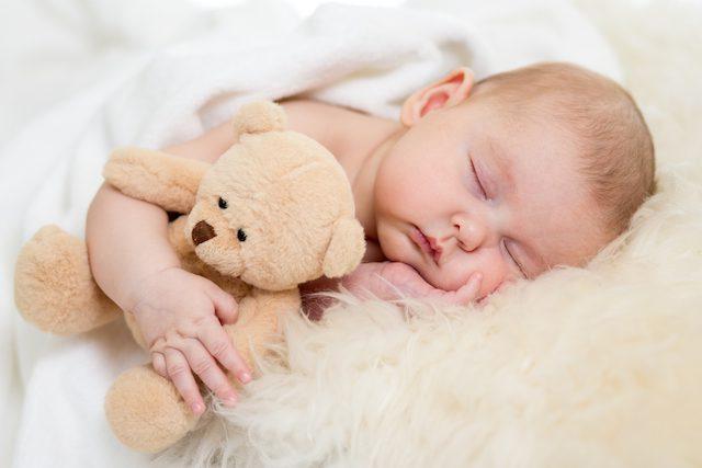 baby sover med bamse
