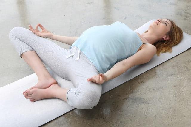 gravid kvinner trener bekkenbunnen