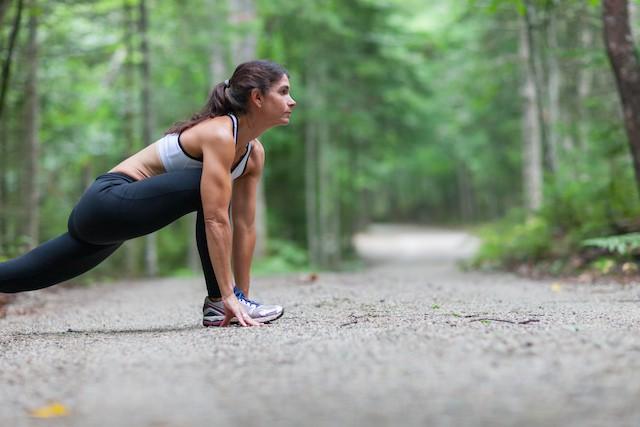 kvinne trener utendørs