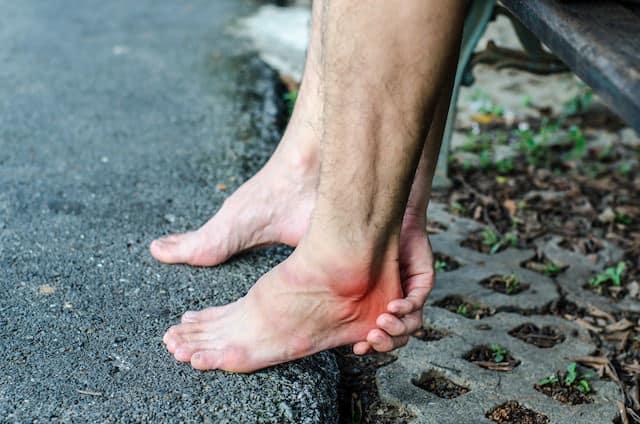 smerter og ømhet i hælen og under foten