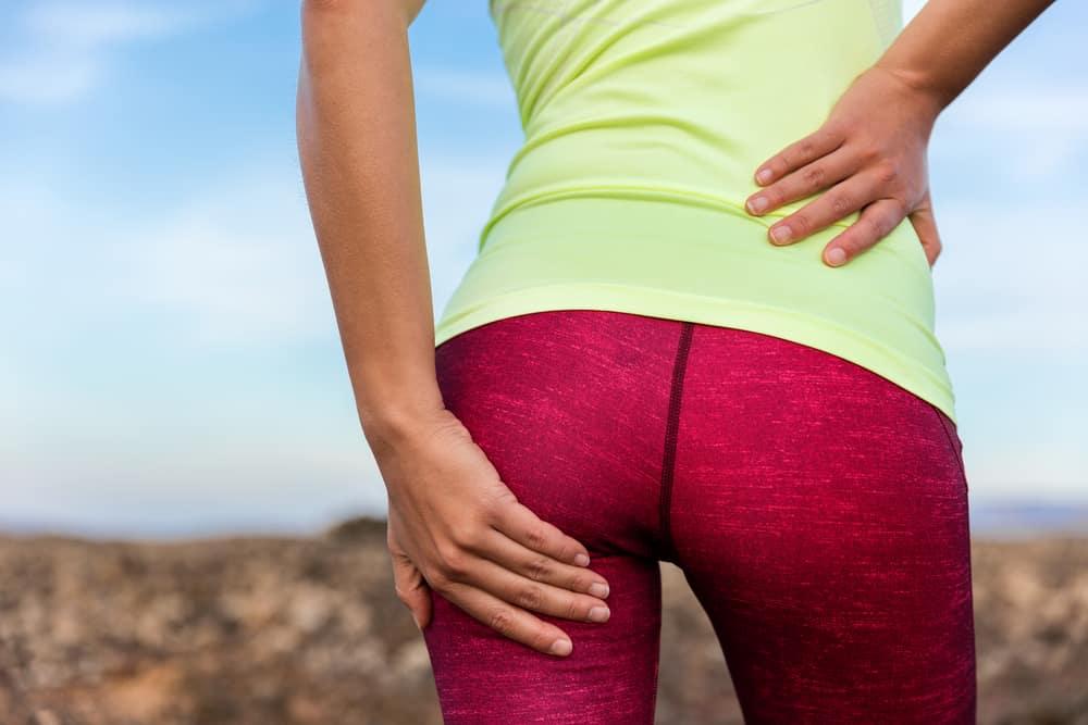 09097623 Isjias er begrepet vi bruker for smertesymptomene som går fra korsryggen og  ned i benet. Ofte vil de som blir rammet av isjias også kunne oppleve,  prikking, ...