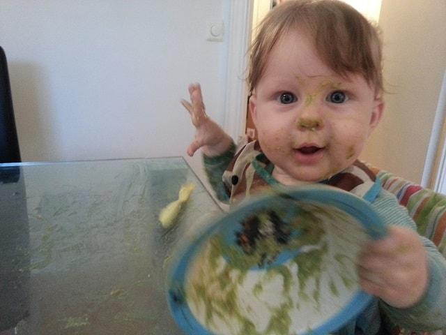 baby spiser avokadomos med lever