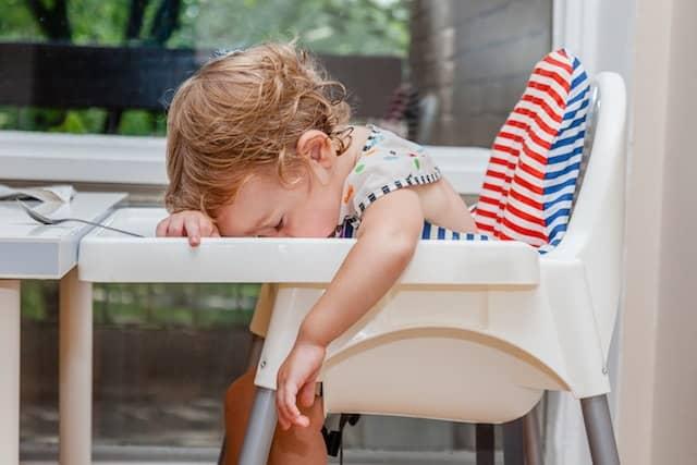 baby sovnet sittende