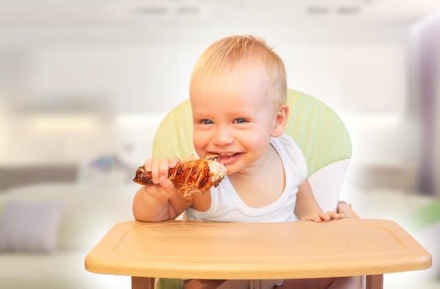 baby spiser selv kyllinglår