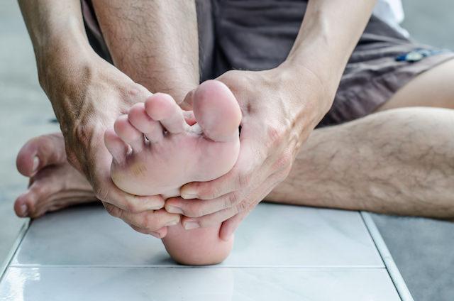 Mann med fotsmerter