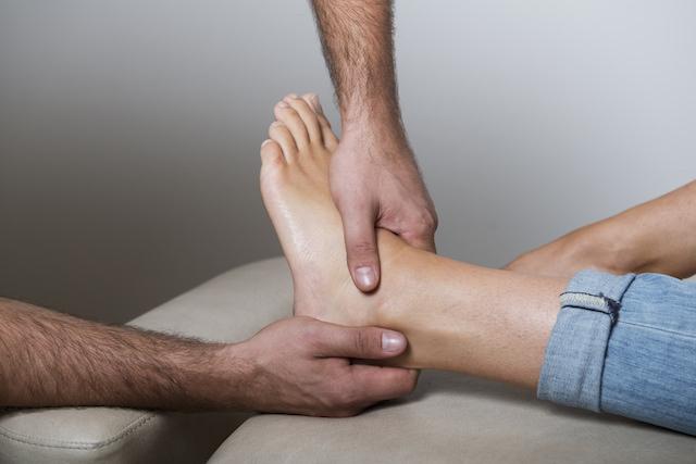 Kiropraktor som behandler en ankel