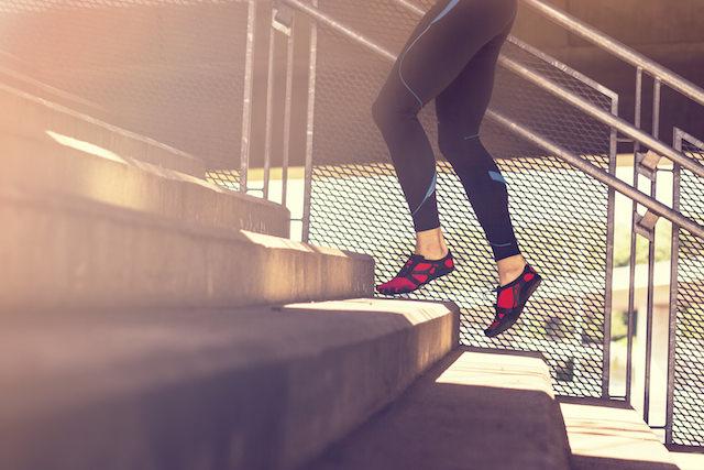Dame som løper opp trapp i lav hældropp sko