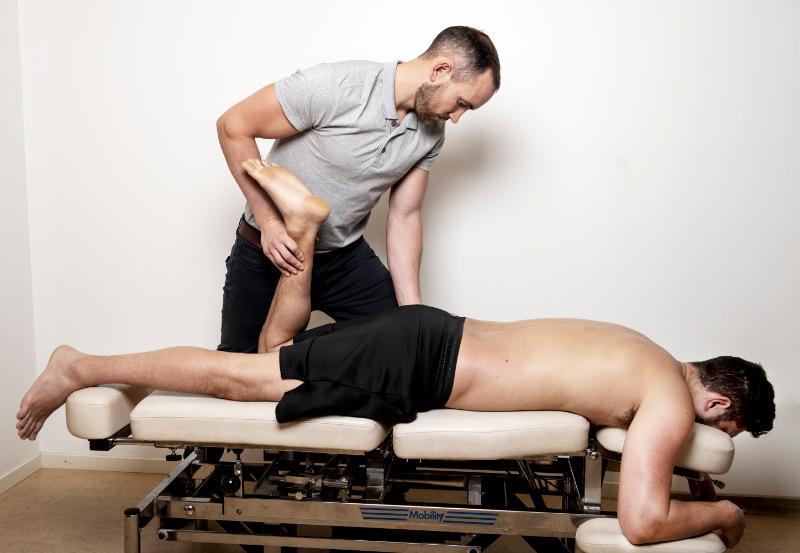 undersøkelse av bevegelse og smerte av hofte hos kiropraktor